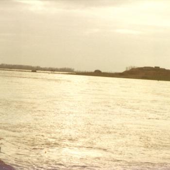 Kleurenfoto van de Rijn met zicht op fort Pannerden door John Zandvliet 1997