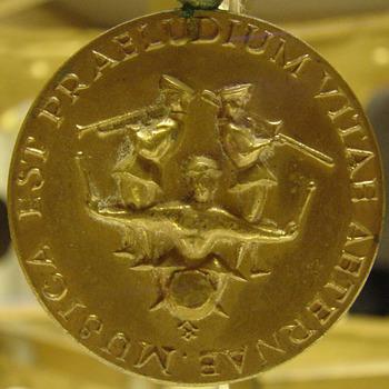 Medaille van metaal behorend bij het vaandel van de R.K. muziekvereniging St. Joseph Didam circa 1929