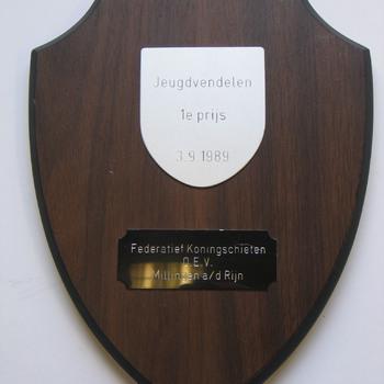 Herinneringsbord 1e prijs jeugdvendelen van Federatief Koningschieten O.E.V. Millingen a/d Rijn van hout en metaal 3-9-1989