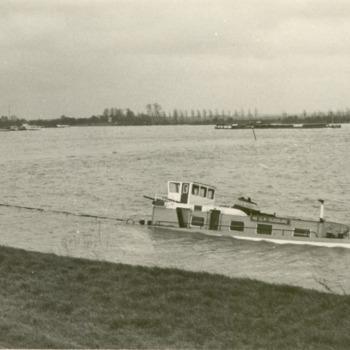 Zwart-wit foto van een schip met averij  te Spijk januari 1975