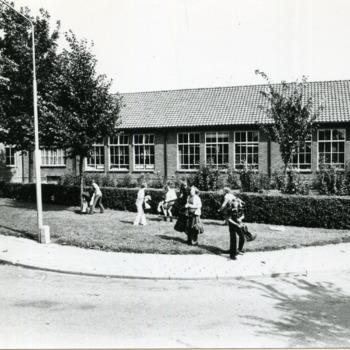Zwart-wit foto van een school in Spijk augustus 1977