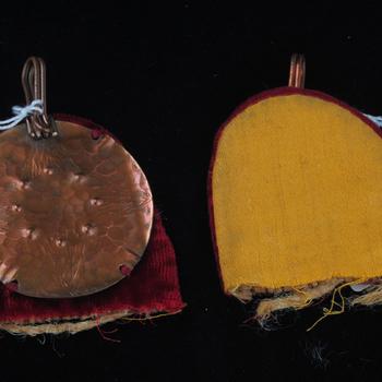 Agraaf van rood koper, fluweel en kunstzijde