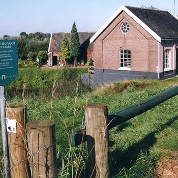 Kleurenfoto van  het oude stoomgemaal op de Deukerdijk te Pannerden door Ab Hendriks september 2002