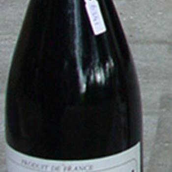 Fles van glas gevuld met rode wijn ter gelegenheid van Zevenaar 500 jaar stadsrechten circa 1986