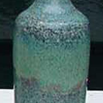 Vaas flesmodel van keramiek en blauwgroen geglazuurd door L. Goldewijk Zevenaar circa 1974-1982