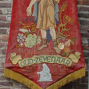 Vaandel met stok en draagriem van de A.B.T.B. Oud-Zevenaar van textiel door J.L. Sträter ca. 1930