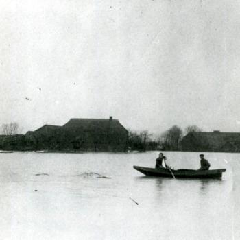 Zwart-wit foto van de overstroming in Herwen 1926