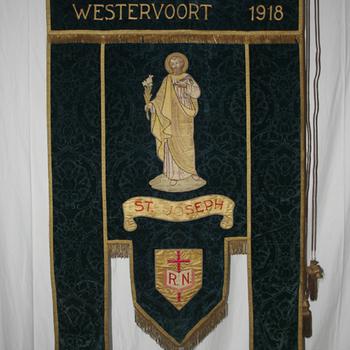 Vaandel van fluweel, zijde en gouddraad van de R.K. Werklieden Vereniging St. Joseph Westervoort circa 1930