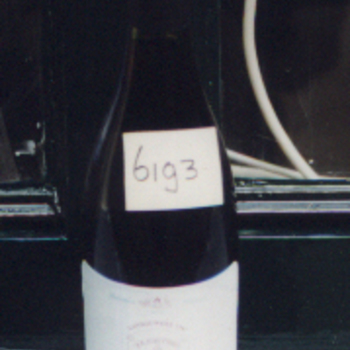 Fles van glas gevuld met wijn 1996 verkocht ter gelegenheid van het Landjuweel 1997, gehouden door de R.K. Schutterij St. Antonius te Nieuw-Dijk