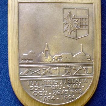 Reliëf als aandenken 100-jarig jubileum van schutterij EMM Ooy 1894 - 1994 van metaal