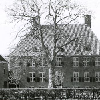 Zwart-wit foto van Huis Aerdt na de restauratie in Herwen 1973