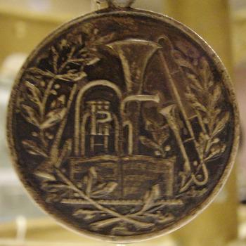 Medaille van metaal behorende bij het vaandel van de R.K. muziekvereniging St. Joseph Didam circa 1929