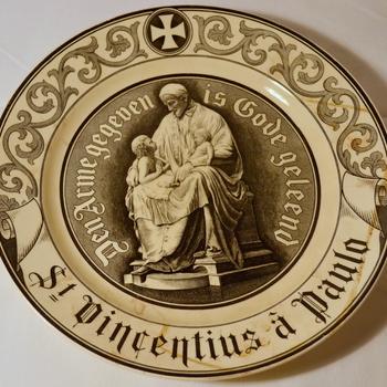 Wandbord St. Vincentius a Paulo van keramiek vervaardigd door Société Céramique ca. 1900