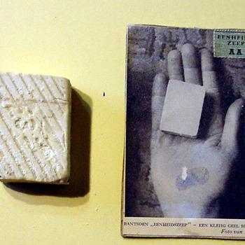 Rantsoen Eenheidszeep en een foto van zo'n stukje in een handpalm 1940-1945