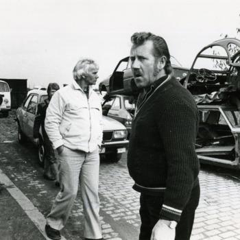 Zwart-wit foto van de autosloperij in Lobith in maart 1983.