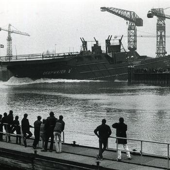 Zwart-wit foto van de tewaterlating van de Deepwater 2 in Tolkamer in december 1983
