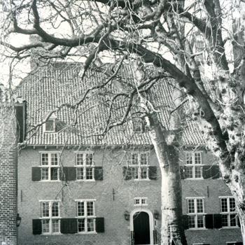 Zwart-wit foto van Huis Aerdt na de restauratie in Herwen door J.H. Breuking in 1973