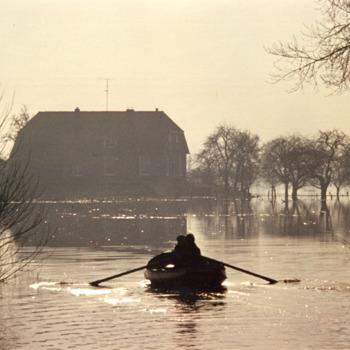 Zwart-wit foto van de overstroming in de Gelderse Waard waarop de boerderij van Grob in Aerdt 1970