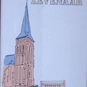 Tegel 'R.K. Kerkgemeenschap Zevenaar' keramiek uitgegeven door de R.K. Parochie H. Andreas/MariaKoningin te Zevenaar ca. 1996