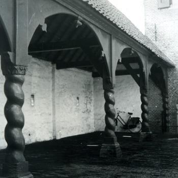 Zwart-wit foto van een deel van een galerij op het voorplein van Huis Aerdt te Herwen door J.H. Breuking in 1945