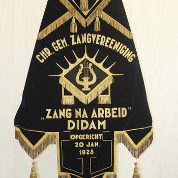 Vaandel Christelijke Gemengde Zangvereniging 'Zang na Arbeid' fluweel circa 1938
