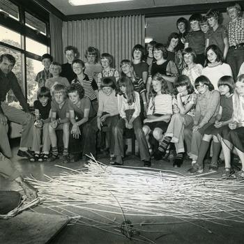 Zwart-wit foto van uitleg over het maken van manden door Gerritsen in Herwen 1970