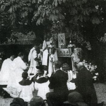 Zwart-wit foto van de processie bij het rustaltaar in Herwen ca. 1930-1940