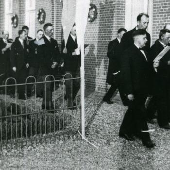 Zwart-wit foto van de processie voor het Sint Michael Gesticht in Herwen 1974