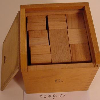 Doosje met educatief speelgoed van hout gebruikt op de kleuterschool van Oud-Zevenaar circa 1950