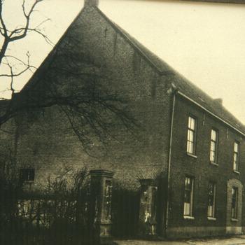 Zwart-wit dia van een zwart-wit foto uit ca. 1920 van de tabaksschuur van Willem Carel Buschhammer aan de Kerkstraat waarin de eerste sigarettenfabriek van Turmac Tobacco Company in Zevenaar werd gevestigd ca. 1960-2000
