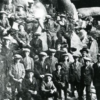 Zwart-wit foto van een uitstapje van de leden van de Katholieke Arbeidersbeweging in Herwen 1920