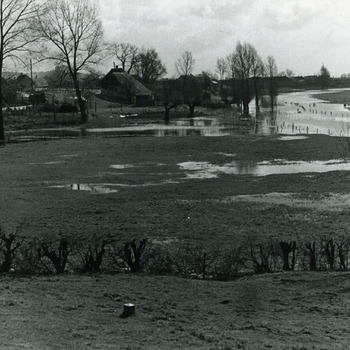 Zwart-wit foto van de overstroming van de 's Gravenweerd in Aerdt 1970