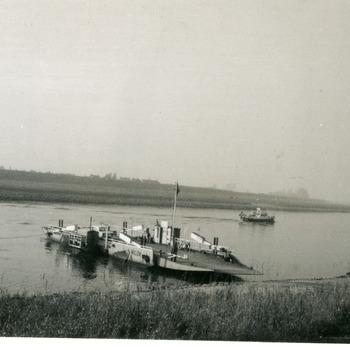 Zwart-wit foto van de veerboot Pannerden-Doornenburg over het Pannerdens Kanaal