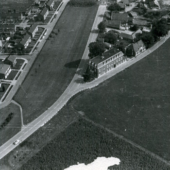 Zwart-wit luchtfoto van het dorp Lobith. ca. 1960-1990.