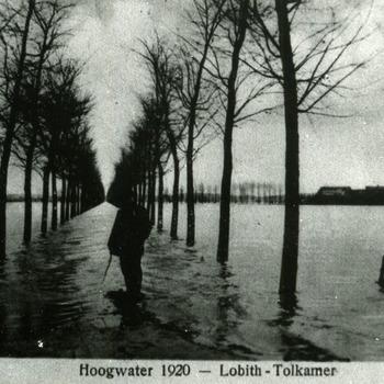 Reproductie van een zwart-wit foto van de overstromingen bij Lobith - Tolkamer in 1920