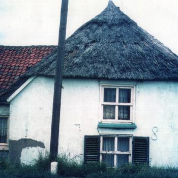 Kleurenfoto van het dijkhuis van Blij op de hoek van de Herwensedijk in Herwen ca. 1970