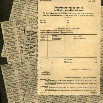 Affiches met een afbeelding van een militaire distributie-kaart en een aantal vellen distributiebonnen ca. 1940