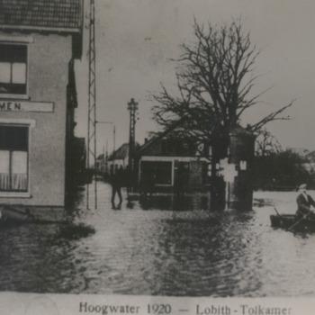 Reproductie van een zwart-wit foto van de overstroming bij Lobith - Tolkamer in januari 1920