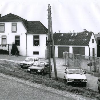 Zwart-wit foto van loonbedrijf Sloot aan de Aerdtsedijk in Aerdt 1980