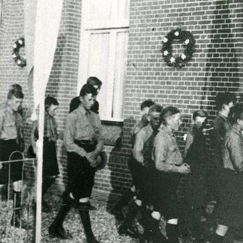 Zwart-wit foto van de processie met de kajotters bij het Michaelgesticht in Herwen 2002