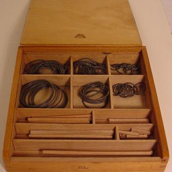 Kistje met educatief speelgoed van hout gebruikt op de kleuterschool van Oud-Zevenaar circa 1950