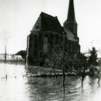 Zwart-wit foto van de kerk tijdens de overstroming in Aerdt 1926