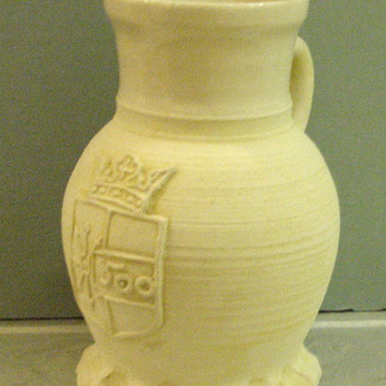 Kruik van aardewerk voorstellende het wapen van Zevenaar door L. Goldewijk Zevenaar 1987