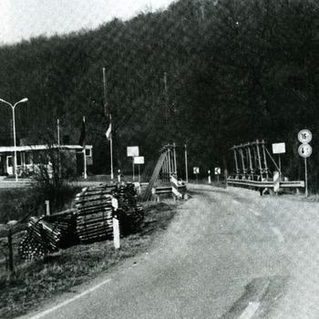 Fotokopie van een zwart-wit foto van de grensovergang op de Oude Kleefsepostweg te Elten ca. 1987-1995