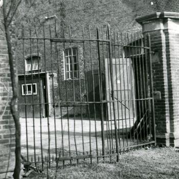 Zwart-wit foto van Huis Aerdt in Herwen door J.H. Breuking 1973
