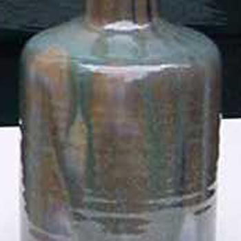 Vaas flesvormig van keramiek en blauw groen en bruin geglazuurd door L. Goldewijk Zevenaar circa 1974