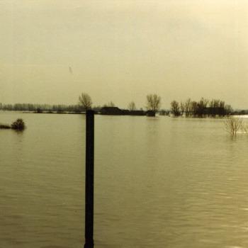 Zwart-wit foto van de overstroming van de Geitenwaard in Aerdt 1970
