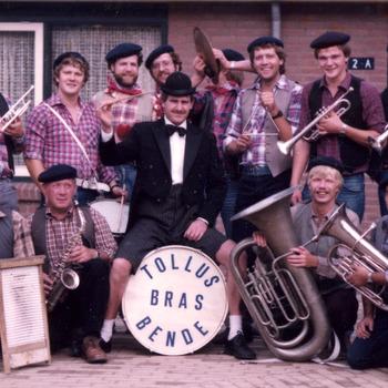 Kleurenfoto van het dweilorkest de Tollus Bras Bende uit Tolkamer ca. 1980