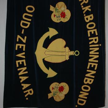 Vaandel van de R.K. Boerinnenbond te Oud-Zevenaar van fluweel circa 1933
