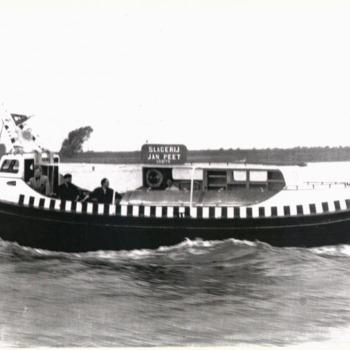 Zwart-wit foto van de parlevinker van slagerij J. Peet uit Tolkamer in 1960